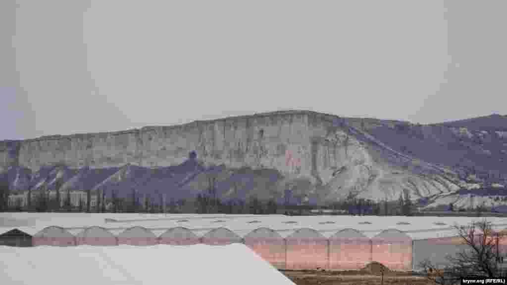 Тепличний комплекс на тлі гори Ак-Кая