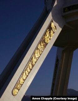Бейтараптык монументиндеги алтын жалатылган оймо, сүрөттөр. 2010-жылы Бердымухаммедовдун буйругу менен монумент Ашхабаддын сыртына көчүрүлгөн.