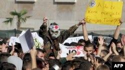 Демонстранти протестують проти знищення сирійської хімічної зброї перед будівлею прем'єр-міністра Албанії в Тирані, 15 листопада 2013 року