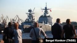 Корабли КНР, пришвартованные возле Набережной лейтенанта Шмидта в Санкт-Петербурге