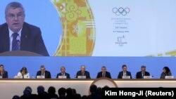 Президент МОК Томас Бах виступає на засіданні МОК у Південній Кореї за кілька днів до відкриття Олімпіади в Пхьончхані. 6 лютого 2018 року.