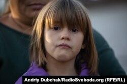 Семирічна Сабріна плаче під час розповіді її матері про життя біля лінії фронту. Павлопіль, вересень 2019 року
