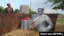Эски Иқон қишлоғидаги расмийлар тарафидан қайта олиб ташланган Иосиф Сталин ҳайкали.