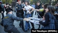 Полиция задерживает участников акции на Манежной