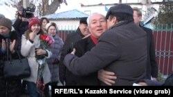 Сейтказы Матаев (в центре) на выходе из тюрьмы. 4 декабря 2017 года.