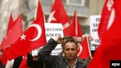 Турция, проведя всю ночь у телевизоров, вышла утром протестовать.