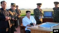 Лідер КНДР Кім Чен Ин спостерігає за випробуванням ракет, травень 2017 року