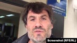Французский журналист Венсан Прадо возле здания административного суда в Актау, 27 сентября 2018 года.