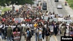 Марш в Фергюсоне 9 августа 2015 года, который возглавил отец убитого год назад Майкла Брауна