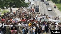 Демонстрация в Фергюсоне в годовщину смерти чернокожего юноши, в которого выстрелил белый полицейский. 9 августа 2015 года.