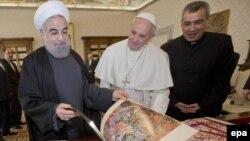 Иран президенті Хассан Роухани (сол жақта) Рим папасы Францискпен (ортада) кездесіп тұр. Ватикан, 26 қаңтар 2016 жыл.