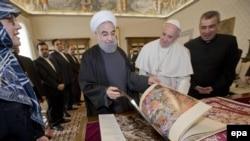حسن روحانی در دیدار با پاپ فرانسیس کتابی از آثار فرشچیان به وی هدیه کرد.