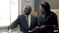 Морган Цвангираи и его супруга на избирательном участке 31 июля