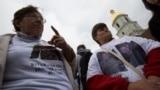 Справа Екатерина Хомяк, мать двух сыновей, пропавших без вести, Дмитрия и Владимира, на акции «Новостей нет, но я верю»