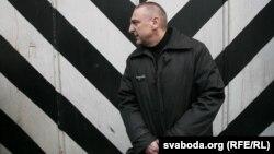 Мікалай Аўтуховіч каля брамы гарадзенскай турмы адразу па вызваленьні