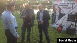Владимир Кара-Мурза (в центре) во время встречи с кандидатом в депутаты Госдумы от ПАРНАСа Андреем Пивоваровым (справа) перед задержанием полицией. Санкт-Петербург, 24 августа 2016 года.