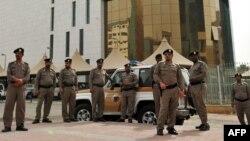 Риёд шаҳридаги Саудия полицияси ходимлари.