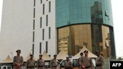 Полициячылар эр-Риад шаарындагы өкмөттүк имараттарды күзөтүшүүдө. 11-март 2011