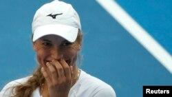 Казахстанская теннисистка Юлия Путинцева после игры против теннисистки из Дании Каролин Возняцки. Мельбурн, 18 января 2016 года.