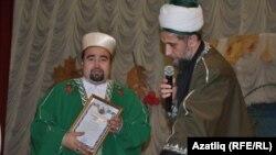 Самар мөфтие Талип хәзрәт Яруллин Иске Ярмәк мулласы Габдулла хәзрәткә бүләк тапшыра