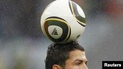 Португалец Криштиану Роналду забивает седьмой гол в ворота команды КНДР.