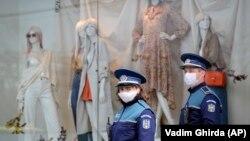 În România, pe străzile marilor orașe patrulează polițiștii pentru a menține carantina totală pe timpul pandemiei