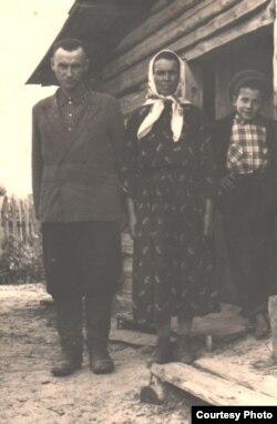 Бацька, маці, брат Павал на парозе пасьляваеннай хаты