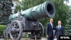 Barack Obama şi Dmitry Medvedev în faţa tunului Ţarului