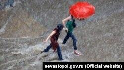 Дождь в Севастополе, иллюстрационное фото