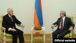 Вчтреча президента Армении Сержа Саргсяна (справа) с генсеком Совета Европы Торбьерном Ягландом, Ереван, 21 октября 2013 г. (Фотография - пресс-служба главы государства)