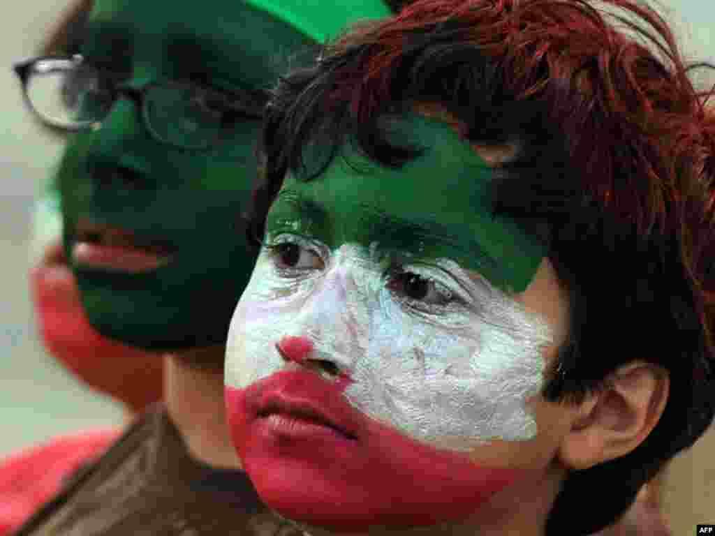 Иранские дети на митинге в Лос Анджелесе, США против результатов выборов в Иране