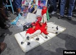 Фигурки Уго Чавеса в продаже на улице