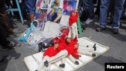 Перед выборами на улицах венесуэльских городов появились в продаже фигурки покойного команданте Чавеса