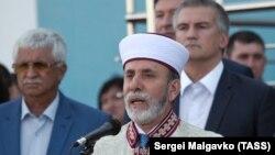 Муфтий Крыма Эмирали Аблаев, за ним – глава российского правительства Крыма Сергей Аксенов. Архивное фото