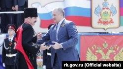 Сергей Аксенов вручает часы одному из кубанских казаков, 2016 год
