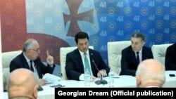 Слева направо: мажоритарный депутат Дмитрий Хундадзе, спикер парламента Арчил Талаквадзе и председатель партии «Грузинская мечта» Бидзина Иванишвили