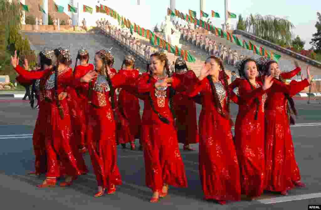 La multe națiuni din Asia Centrală, pelerinii își iau rămas bun de la familiile lor îmbrăcînd costumul tradițioanl. Fete turkmene dansează în costume populare.
