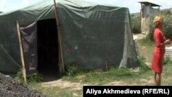 Репатриантка Нурдана Куанбай, стоит возле своей палатки. Талдыкорган, 29 июня 2012 года.