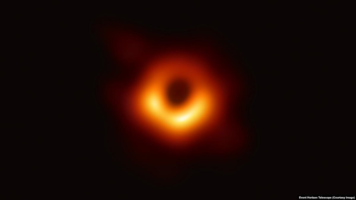 Астрофизики представили первое в истории фото чёрной дыры