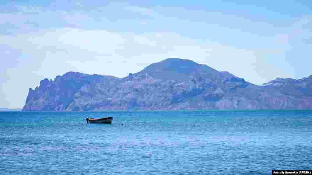 Лодка спасателей на фоне Кара-Дага