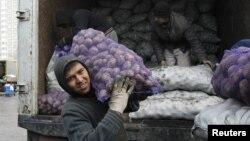 На одном из рынков на окраине Москвы, 11 ноября 2011
