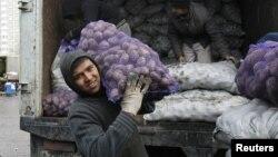 Мәскеудегі базарлардың бірінде көкөніс тасып жүрген тәжік азаматы, Ресей. (Көрнекі сурет).