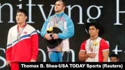 Призеры чемпионата мира по тяжелой атлетике. Ниджат Рахимов — в центре. Хьюстон, 24 ноября 2015 года.