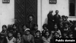 Учителя и учащиеся средней Дерекойской школы. Четвертая слева в первом ряду Диляра Арифова, мать Айше. Довоенное фото