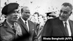 قذافی در کنار عبدالناصر در اجلاس سران عرب در مراکش در دسامبر ۱۹۶۹، سه ماه پس از کودتا