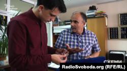 Олександр Сопов (справа) пояснює, чому потрібно змінити законодавство