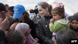 Aktorja Angelina Jolie në rolin e të deleguares speciale të UNHCR-së duke u takuar me refugjatët sirianë në kampin Zaatari, Jordani - 06 dhjetor 2012