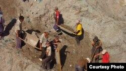 Жан багуу үчүн кен калдыктары көмүлгөн жерден никель издегендер, Майлуу-Суу шаары.