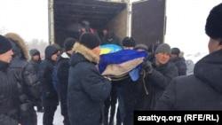 Люди несут обернутое в саван тело гражданского активиста Дулата Агадила, о смерти которого в СИЗО в результате предполагаемой «острой сердечной недостаточности» сообщила полиция 25 февраля. Талапкер, Акмолинская область, 27 февраля 2020 года.
