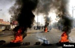 Суданські протестувальники палять шини на вулицях Хартума, 3 червня 2019 року